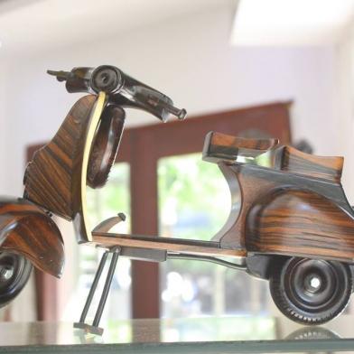 Mô hình VESPA gỗ Căm xe